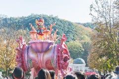 SÜDKOREA - 31. Oktober: Tänzer in den bunten Kostümen nehmen teil Stockfotos