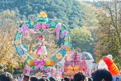 SÜDKOREA - 31. Oktober: Tänzer in den bunten Kostümen nehmen teil Lizenzfreie Stockfotos