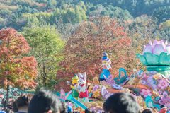 SÜDKOREA - 31. Oktober: Tänzer in den bunten Kostümen nehmen teil Stockfotografie