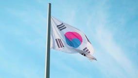Südkoreanische Flagge auf dem Fahnenmast, der in den Wind gegen einen blauen Himmel mit Wolken wellenartig bewegt Zeitlupe, Hochg stock footage