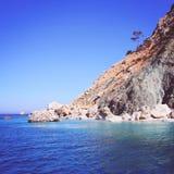 Südliche Küste des felsigen Ufers von ruhigem blauem Meer der Türkei Lizenzfreie Stockbilder