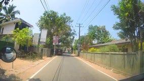 SÜDLICHE KÜSTE, SRI LANKA - FEBRUAR 2014: Ansicht von Straßen Sri Lankan von einem beweglichen Fahrzeug stock footage