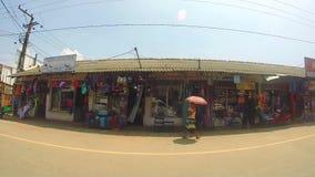 SÜDLICHE KÜSTE, SRI LANKA - FEBRUAR 2014: Ansicht von Straßen Sri Lankan von einem beweglichen Fahrzeug stock video