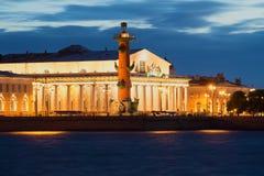 Südliche rostral Spalte und altes Gebäude des Austausches nachts Sommer in der bewölkten weißen Nacht St Petersburg Lizenzfreie Stockfotos