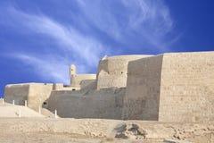 Südliche Wand des Bahrain-Forts, sichtbarer Uhrkontrollturm Stockfotos