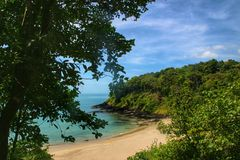 Südlicher einsamer Strand auf Koh Lanta-Insel stockbild