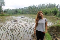 Südostasiatische Frau mit traditioneller Reisplantage Lizenzfreie Stockbilder