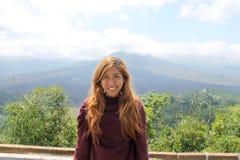 Südostasiatische Frau oder Aufstellung im Berg Batur, Bali stockfotografie