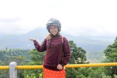 Südostasiatische Frau oder Mädchen, die Ihnen schöne Natur zeigen stockbild