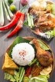 Südostasiatisches Lebensmittel nasi ayam penyet Stockfoto
