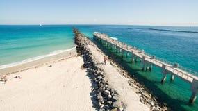 Südstrand, Miami Beach florida Schattenbild des kauernden Geschäftsmannes stockbild