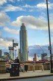 S?dufer London und ein Turm auf der Themse lizenzfreies stockfoto