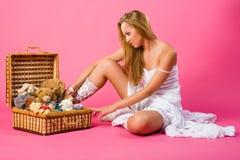 Süsse blond mit Kasten Spielwaren Stockbilder