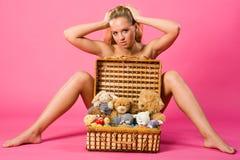 Süsse blond mit Kasten Teddybären Lizenzfreie Stockbilder