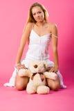 Süsse blond mit Teddybären Stockbild