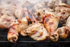 Są grilla Chiken kije na siatce z dymem, Smażący spotkanie, Kulinarny Outside, pinkin z grillem, Selekcyjna ostrość Fotografia Stock