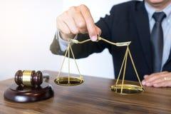 Sądzi młoteczek z sprawiedliwość prawnikami, biznesmenem w kostiumu lub prawnikiem, zdjęcie royalty free