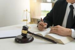 Sądzi prawnika młoteczek z łapówka pieniądze w firmie prawniczej obraz royalty free