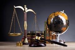 Sądzi ` s młoteczek i skala sprawiedliwość Legalny biuro Obrazy Royalty Free