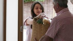 Sąsiednia Pomaga Starsza kobieta Z zakupy zbiory wideo