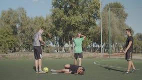 Sędzia piłki nożnej pokazujący żółtą kartę graczowi zbiory wideo