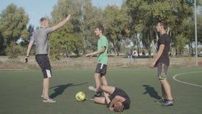 Sędzia piłki nożnej pokazujący czerwoną kartę graczowi zbiory