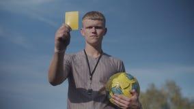 Sędzia piłki nożnej z żółtym odtwarzaczem ostrzegawczym zdjęcie wideo
