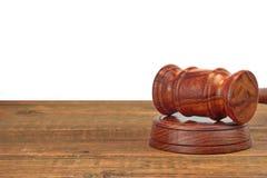 Sędziego Drewniany biurko Z młoteczkiem Na Rozsądnej desce Odizolowywającej Obrazy Stock