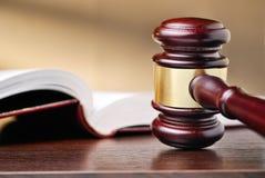 Sędziego drewniany młoteczek i prawo książka fotografia royalty free