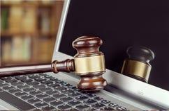 Sędziego młot na laptop klawiaturze, zakończenie Fotografia Royalty Free