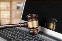 Sędziego młot na laptop klawiaturze, zakończenie Zdjęcia Royalty Free