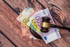 Sędziego młoteczek i euro pieniądze zdjęcia stock