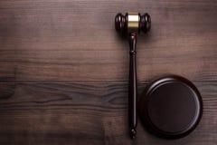 Sędziego młoteczek na brown drewnianym tle Zdjęcie Royalty Free