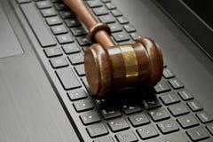 Sędziego młoteczek na komputerowej klawiaturze zdjęcie stock