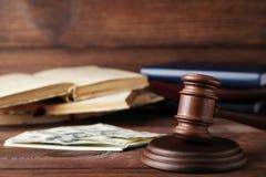 Sędziego młoteczek z dolarami i książkami zdjęcia royalty free