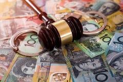 Sędziego młoteczek z kajdankami na dolarach australijskich obrazy stock
