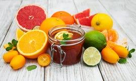 Słój dżem i świeże cytrus owoc Obraz Royalty Free