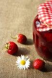 Słój dżem z truskawką i jagodami Zdjęcia Stock