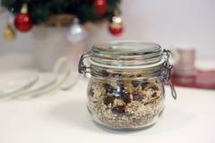 Słój domowej roboty Bożenarodzeniowy granola z Bożenarodzeniowym tematu tłem fotografia royalty free