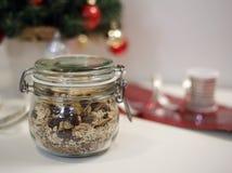 Słój domowej roboty Bożenarodzeniowy granola z Bożenarodzeniowym tematu tłem zdjęcie royalty free