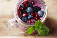 Słój domowej roboty owocowy smoothie, studio obraz royalty free