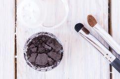 Słój kopalni kosmetyki z odsiewaczem i muśnięciami na widok Obrazy Stock