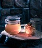 Słój miód, kij, honeycomb zdjęcia stock