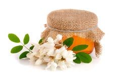 Słój miód z kwiatami odizolowywającymi na białym tle akacja fotografia royalty free