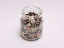 Słój wypełniający z monetami Zdjęcie Stock