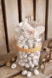 Słój z przepiórek jajkami na drewnianym tle zdjęcie royalty free