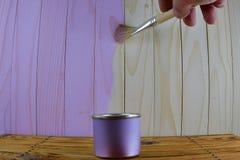 Słój z purpurami maluje i szczotkuje w ręki farbie drewnianej Obrazy Royalty Free