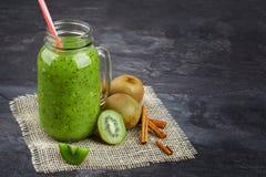 Słój zielony smoothie Jaskrawy napój z kiwi i cynamonem na szarym tle Fruity śniadania dla smakoszy kopia fotografia stock