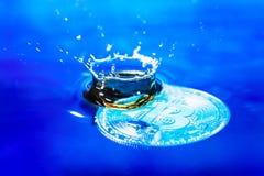 Słabnięcia bitcoin pojęcie Bitcoin monety słabnięcie w wodzie Abstrakcjonistyczny wizerunek z słabnięcia bitcoin i ładna wodna kr Zdjęcie Royalty Free