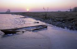 Słabnięcie łódź w zamarzniętym jeziorze zdjęcie royalty free